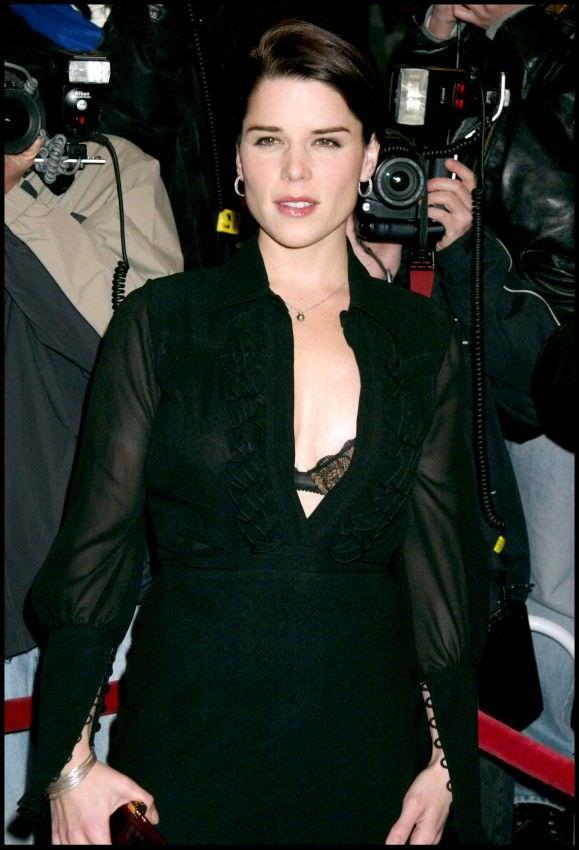 Нив Кэмпбелл фото в черной блузе