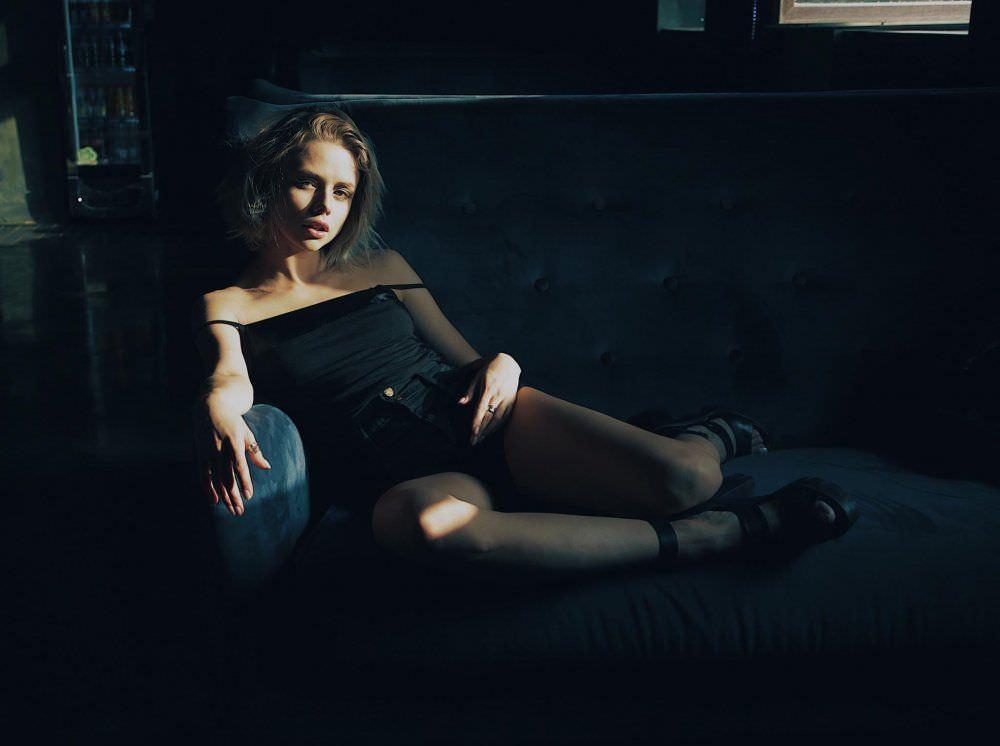 Анастасия Акатова фото на диване