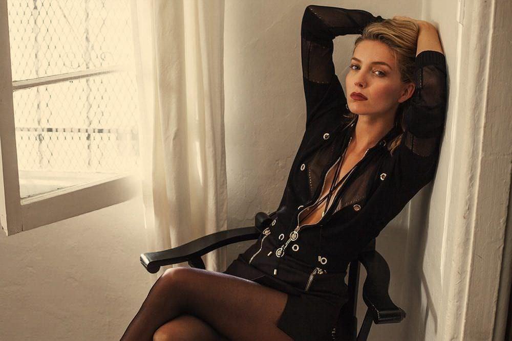 Аннабелль Уоллисфото на стуле
