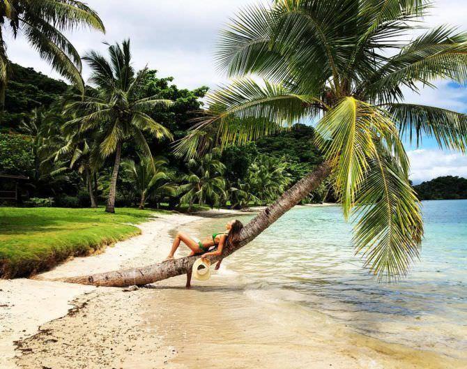 Мэгги Кью фото на пляже в инстаграм