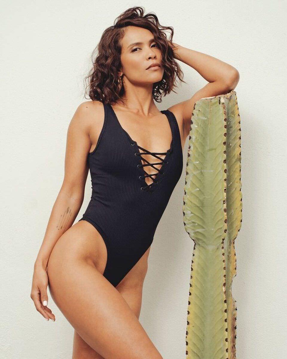 Лесли-Энн Брандт фото в черном купальнике