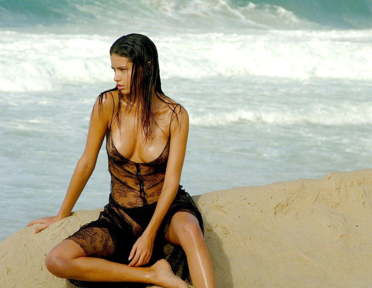 Андриана Лима фото на песке