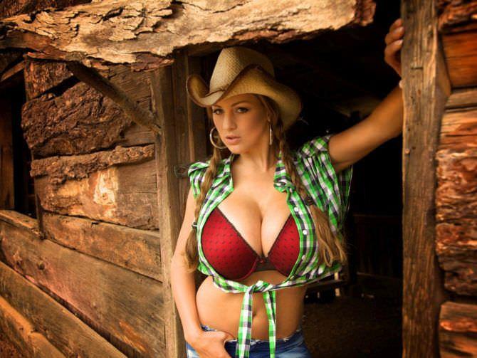 Джордан Карвер фото в ковбойской шляпе и белье
