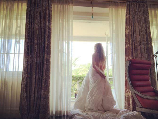 Хайди Клум фото в одеяле перед окном