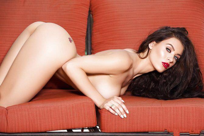 Лана Роудс фото на красном диване для журнала