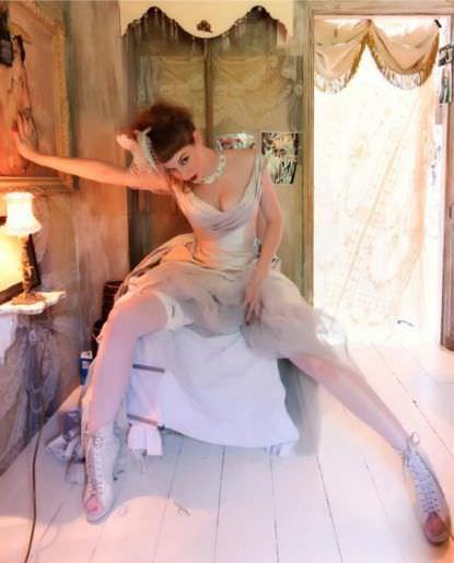 Эсме Бьянко фото в белых чулках