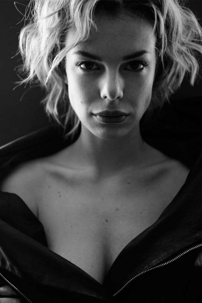 Анна Старшенбаум фото в расстёгнутой куртке