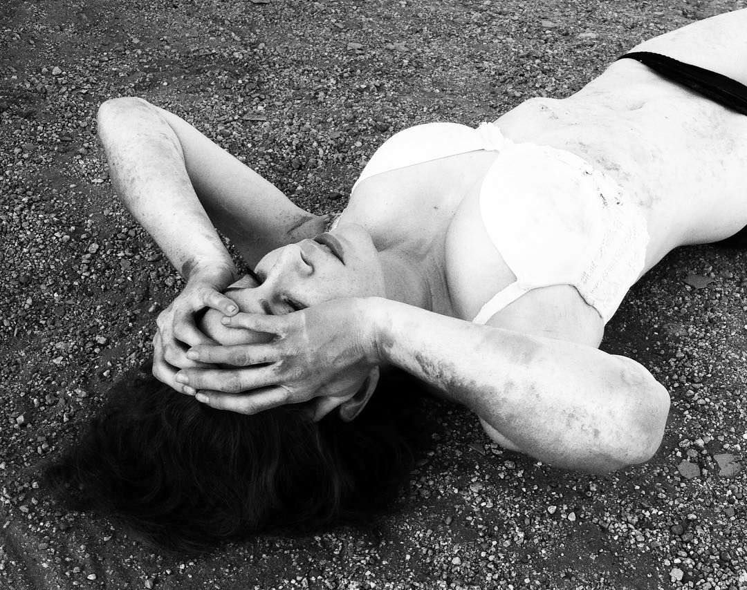 Эсме Бьянко фото на песке