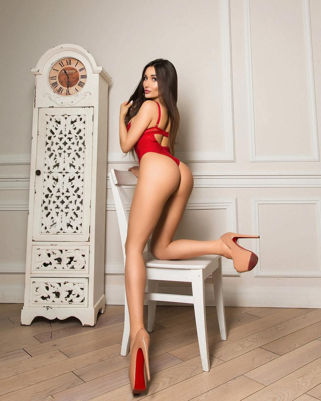 Кира Майер фото на стуле