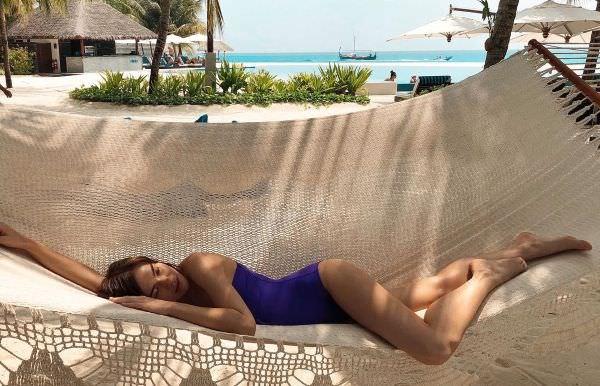 Елена Темникова фото в синем купальнике