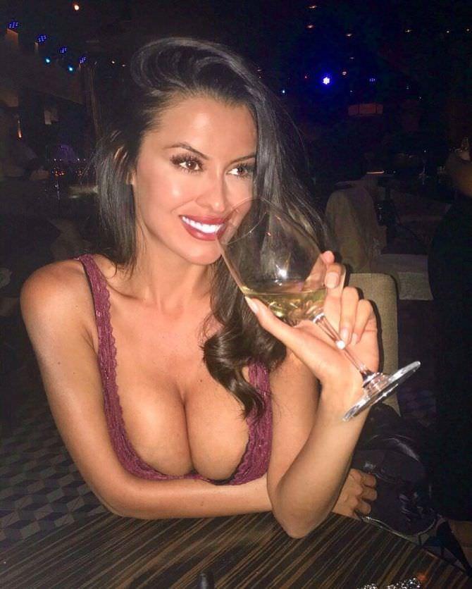 Ева Падлок фото в ресторане