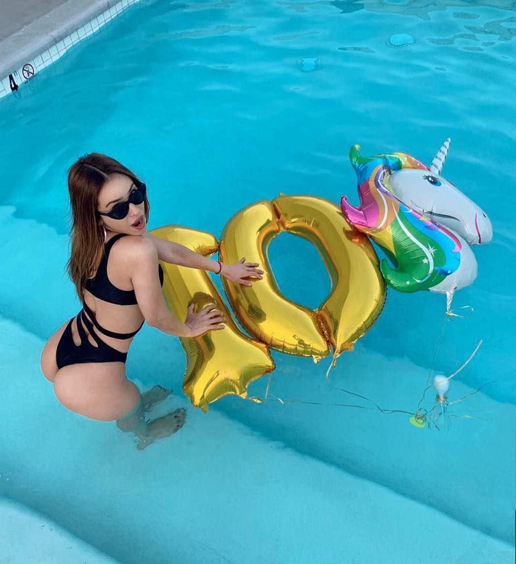 Янет Гарсия фото с надувными шариками