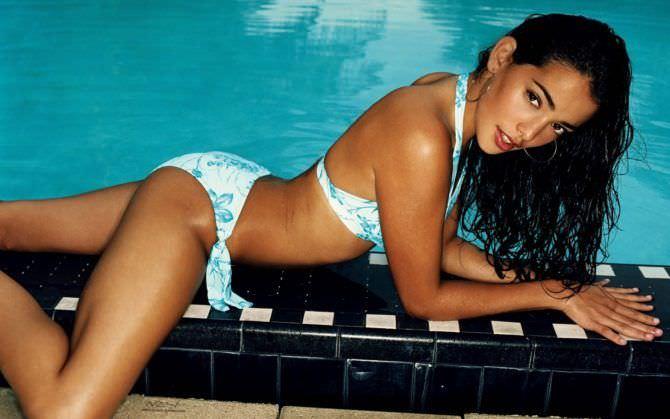 Натали Мартинес фото в купальнике у бассейна