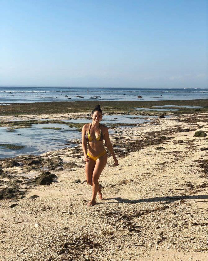 Натали Мартинес фото в жёлтом бикини