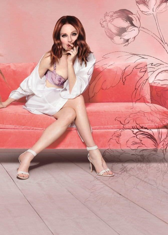 Джулианна Мур фотография в белье и белом халатике