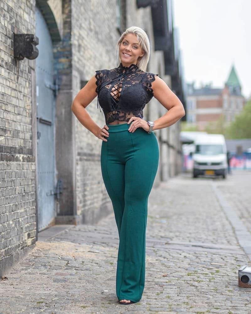 Миа Сэнд фото в зеленых брюках