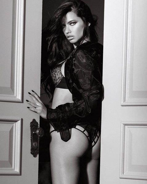 Андриана Лима фото в дверях