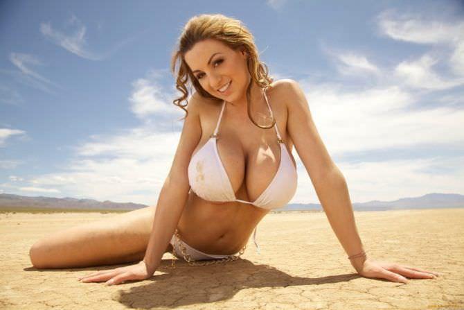Джордан Карвер фото в белом купальнике на пляже