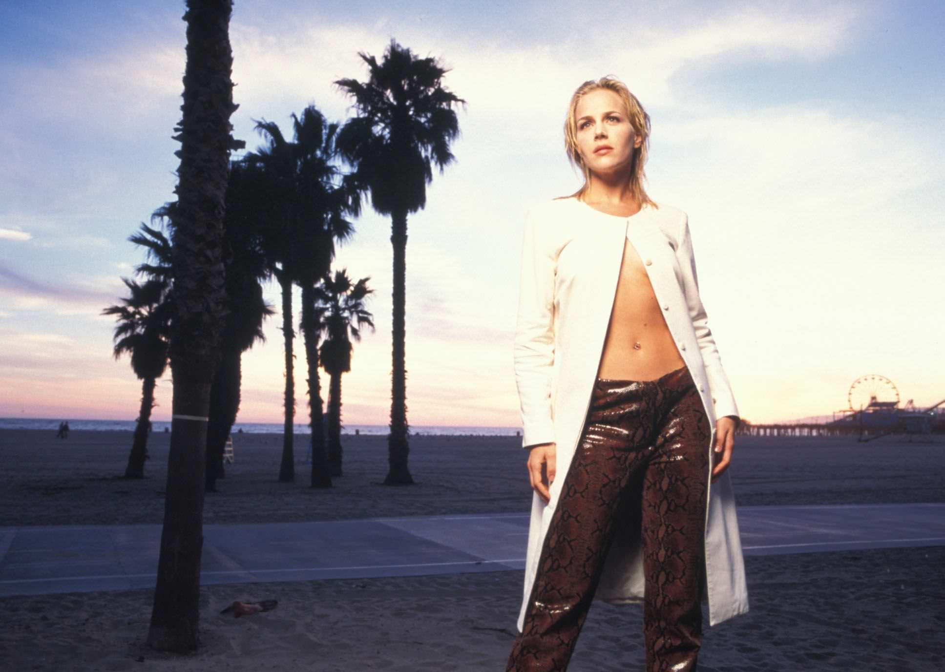 Джули Бенц фото в кожаных штанах