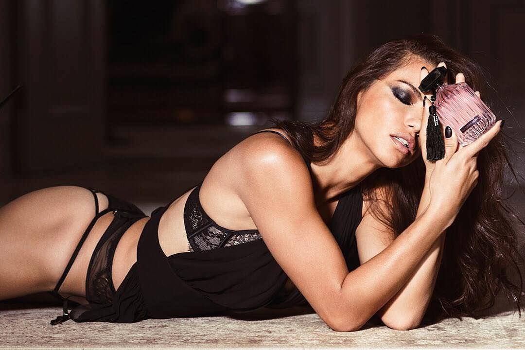 Андриана Лима фото на полу
