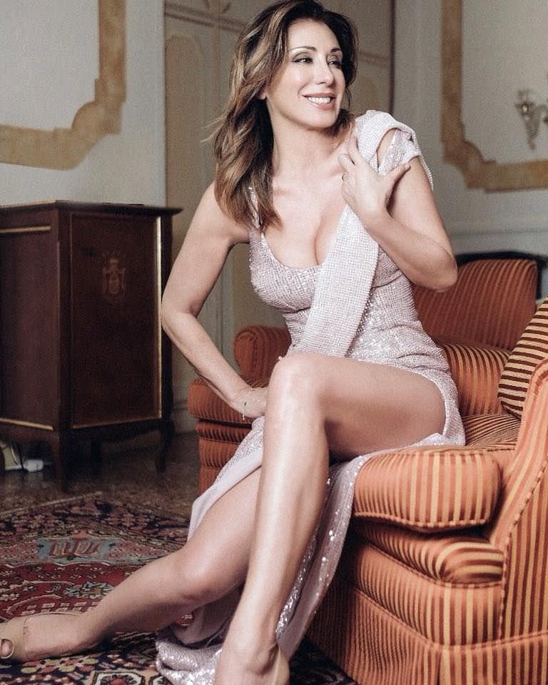 Сабрина Солерно фото на диване