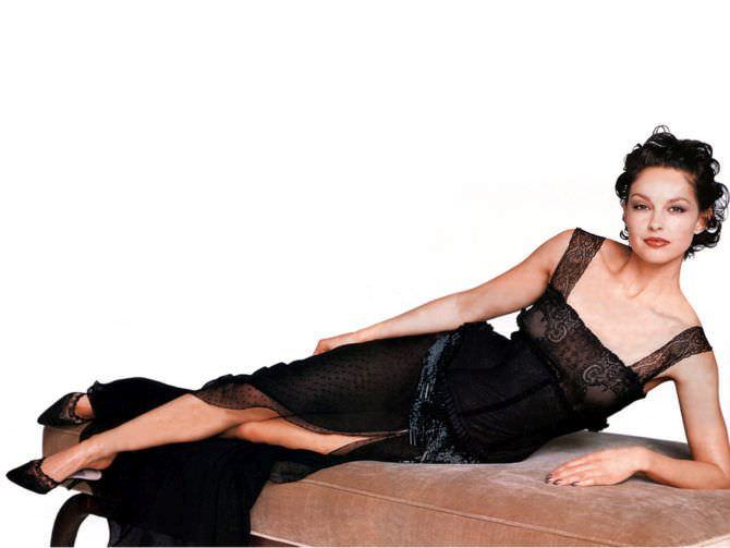 Эшли Джадд фото на диване