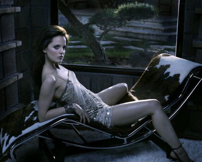 Мина Сувари фото на черном стуле