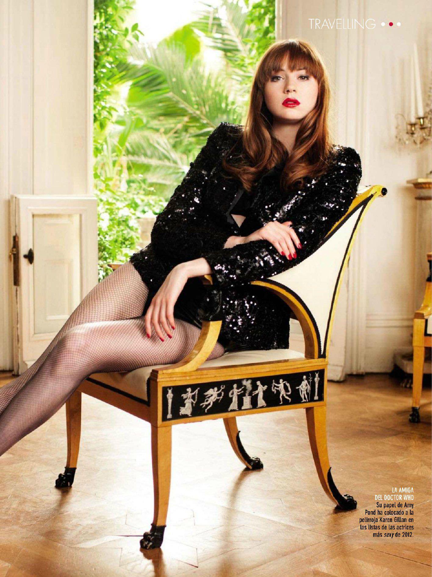 Карен Гиллан фото на стуле