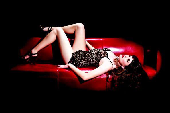 Даниэль Панабэйкер фото на красном диване