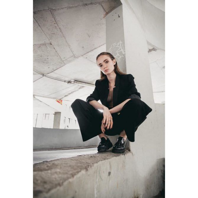 Анастасия Куимова фотосессия в чёрном пиджаке