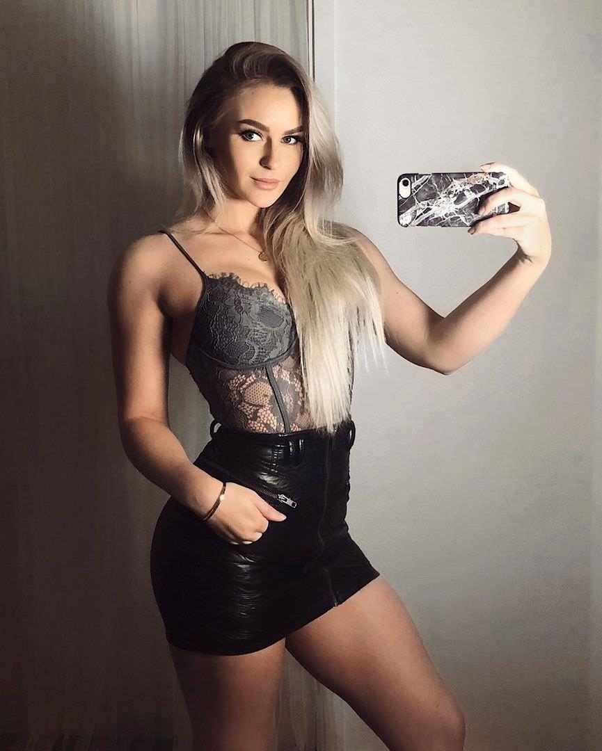 Анна Нистром фото в кожаной юбке