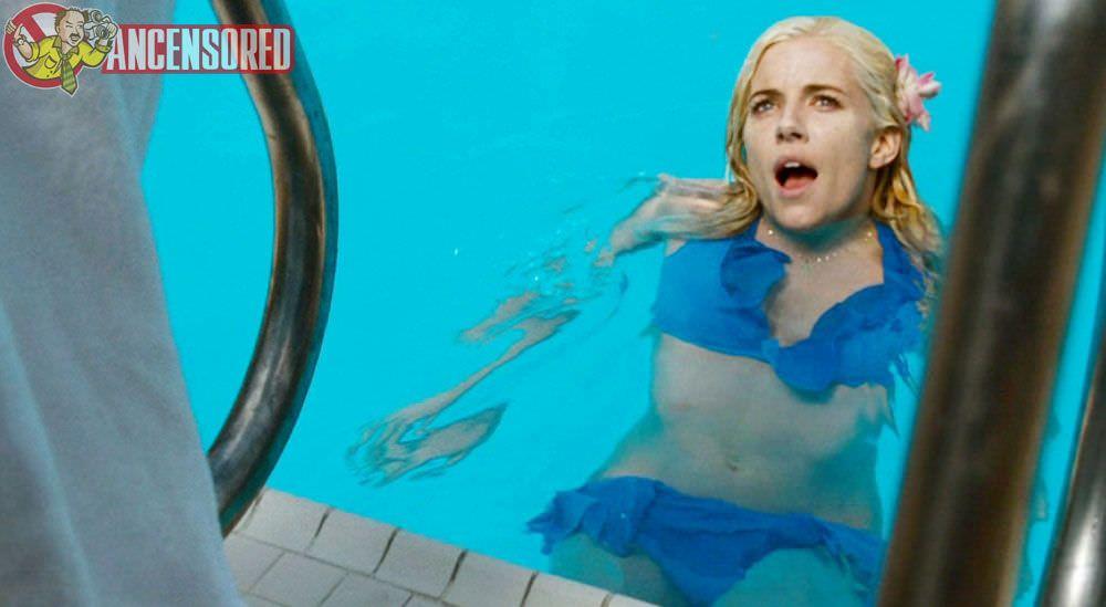 Сиенна Миллер фото в бассейне