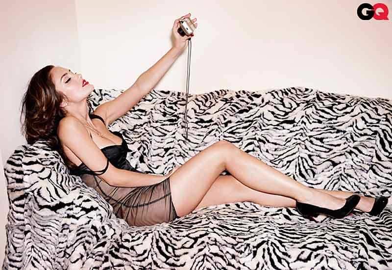 Минка Келли фото на диване