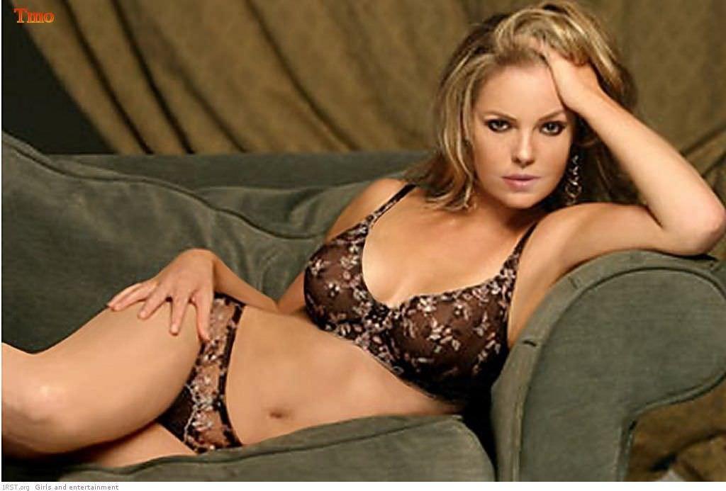 Кэтрин Хайгл фото на диване