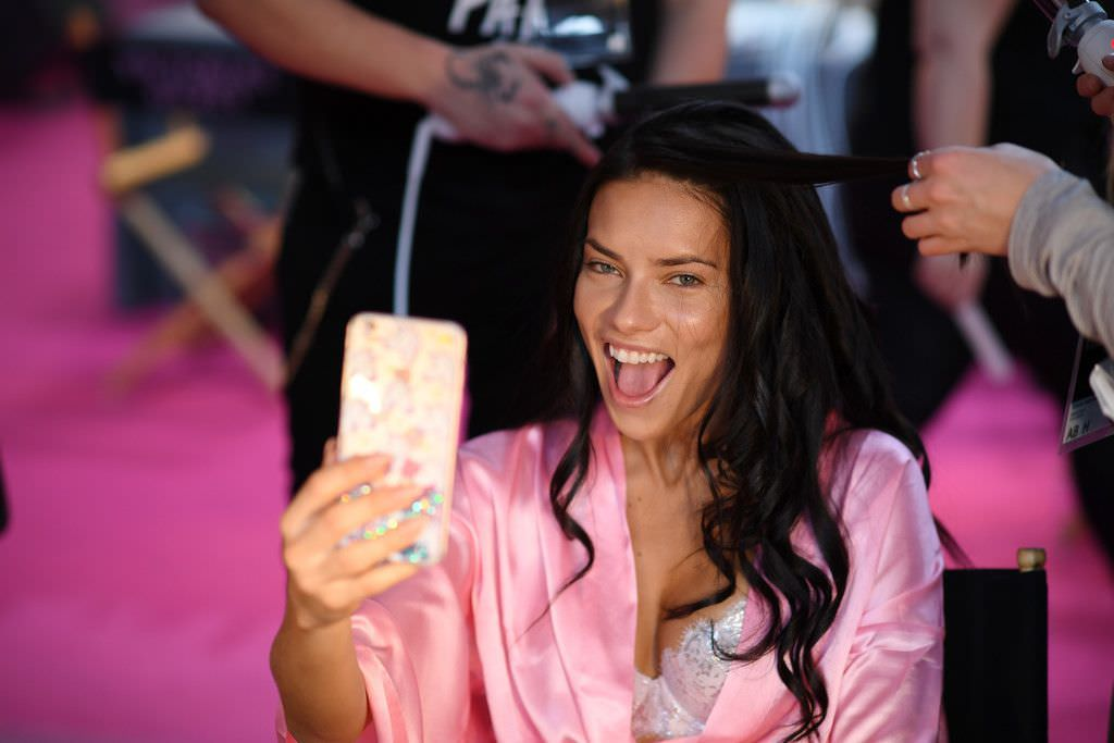 Андриана Лима фото в халате