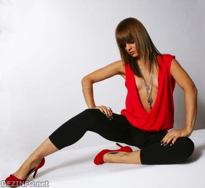 Мина Сувари фото в красных туфлях
