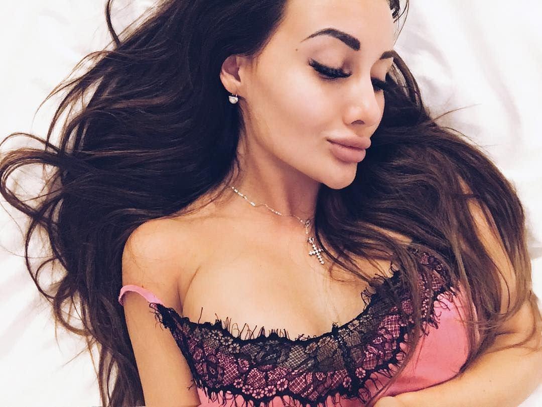 Кира Майер фото в кровати