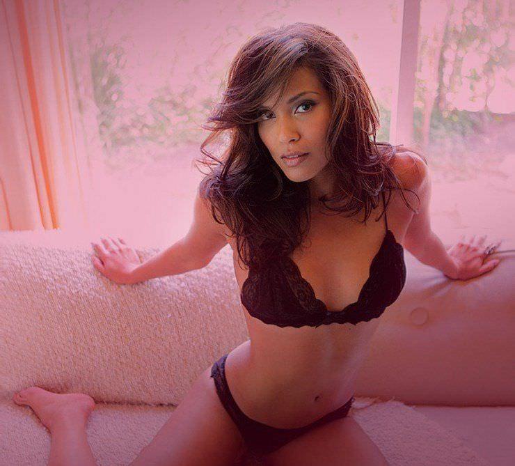 Лесли-Энн Брандт фото на диване