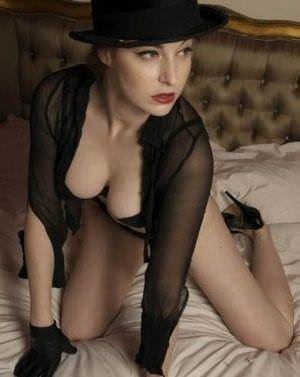 Эсме Бьянко фото на кровати