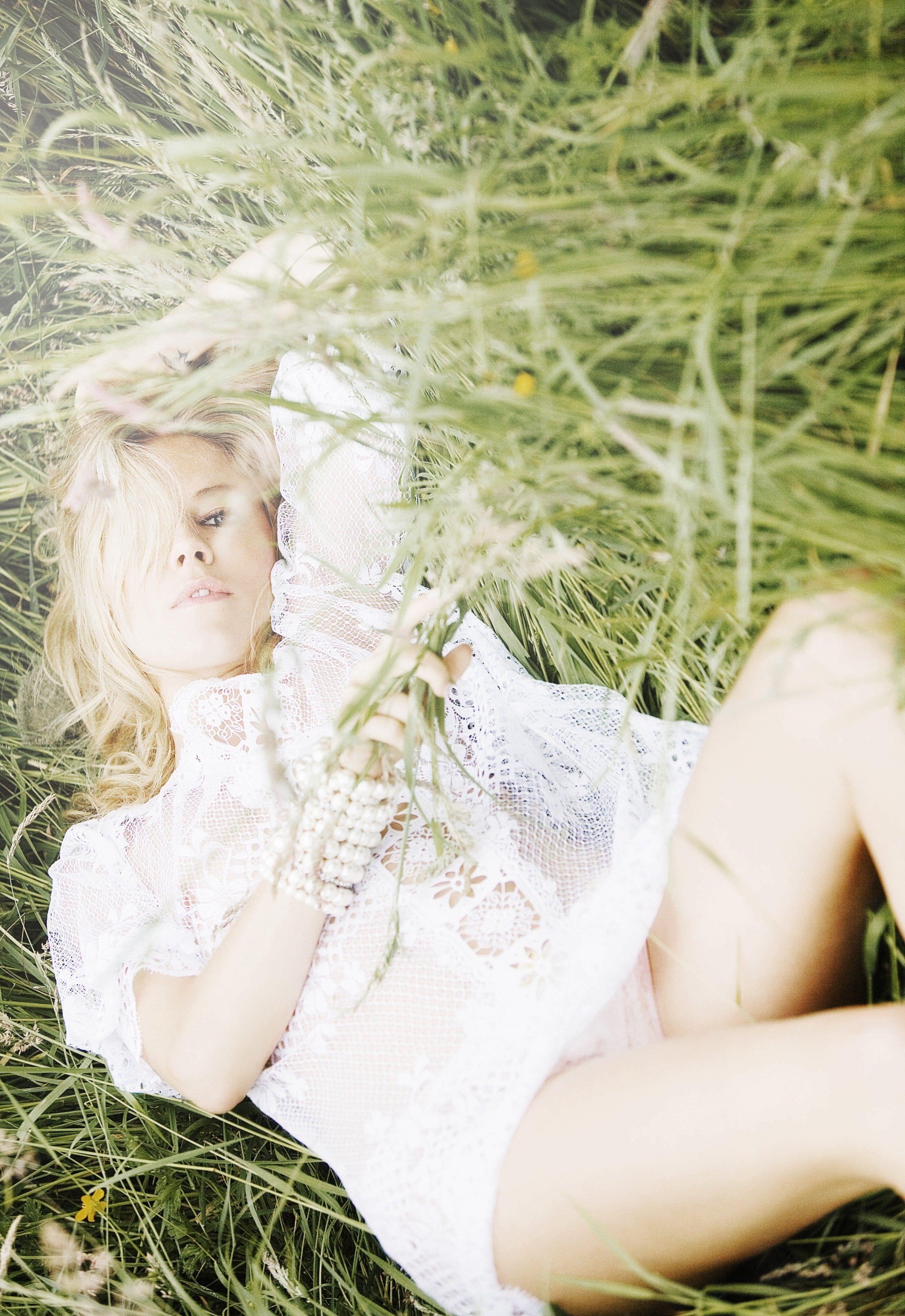 Сиенна Миллер фото в траве