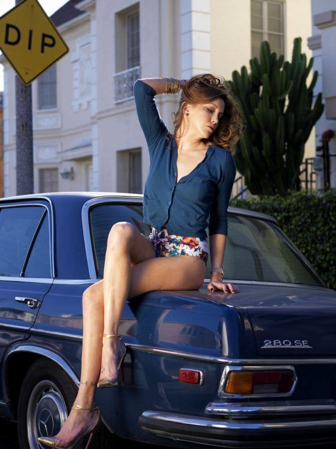 Кэтрин Кэссиди фото в синей кофте