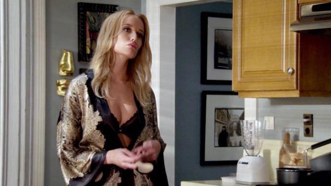 Сара Дюмон фото в халате