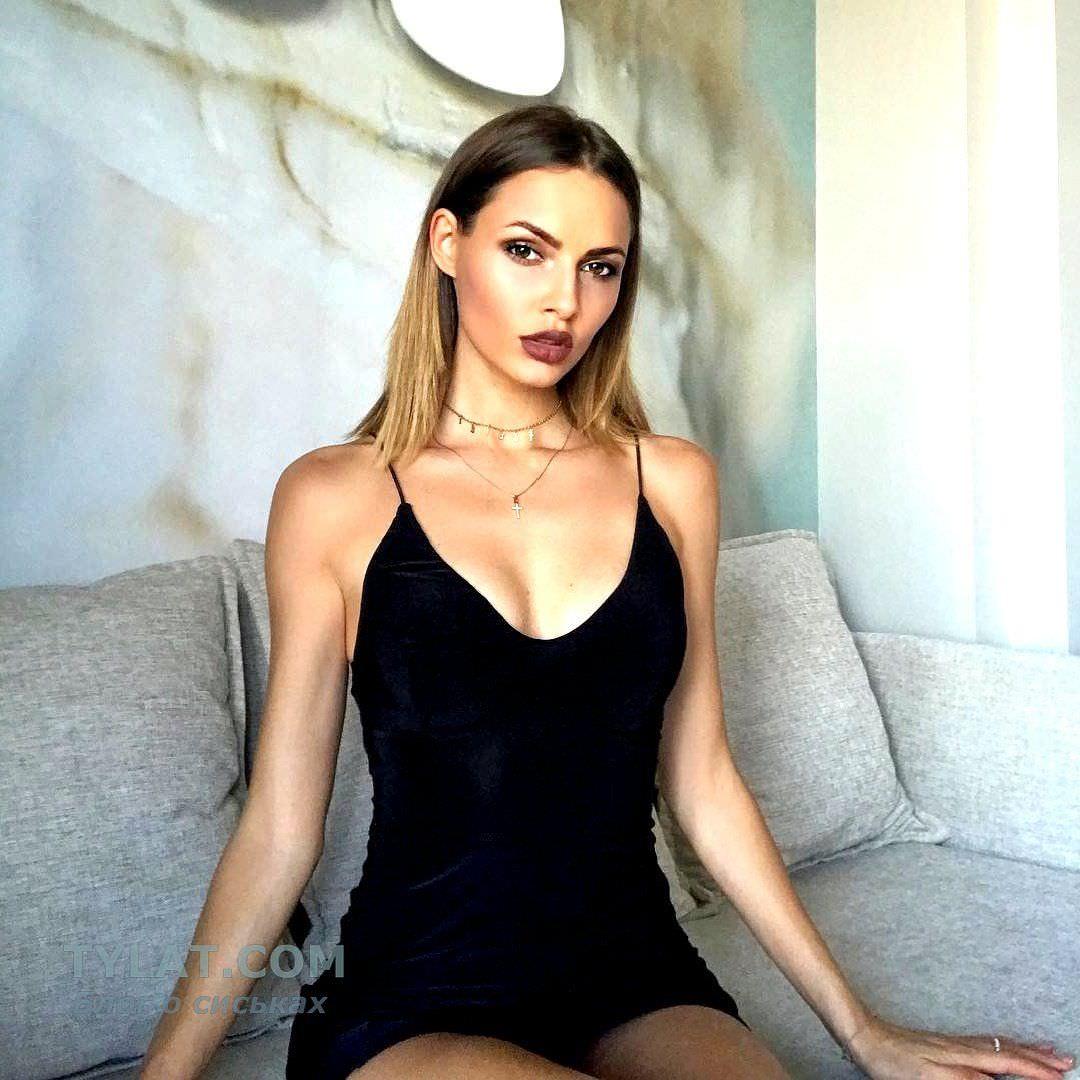 Полина Фаворская фото в платье