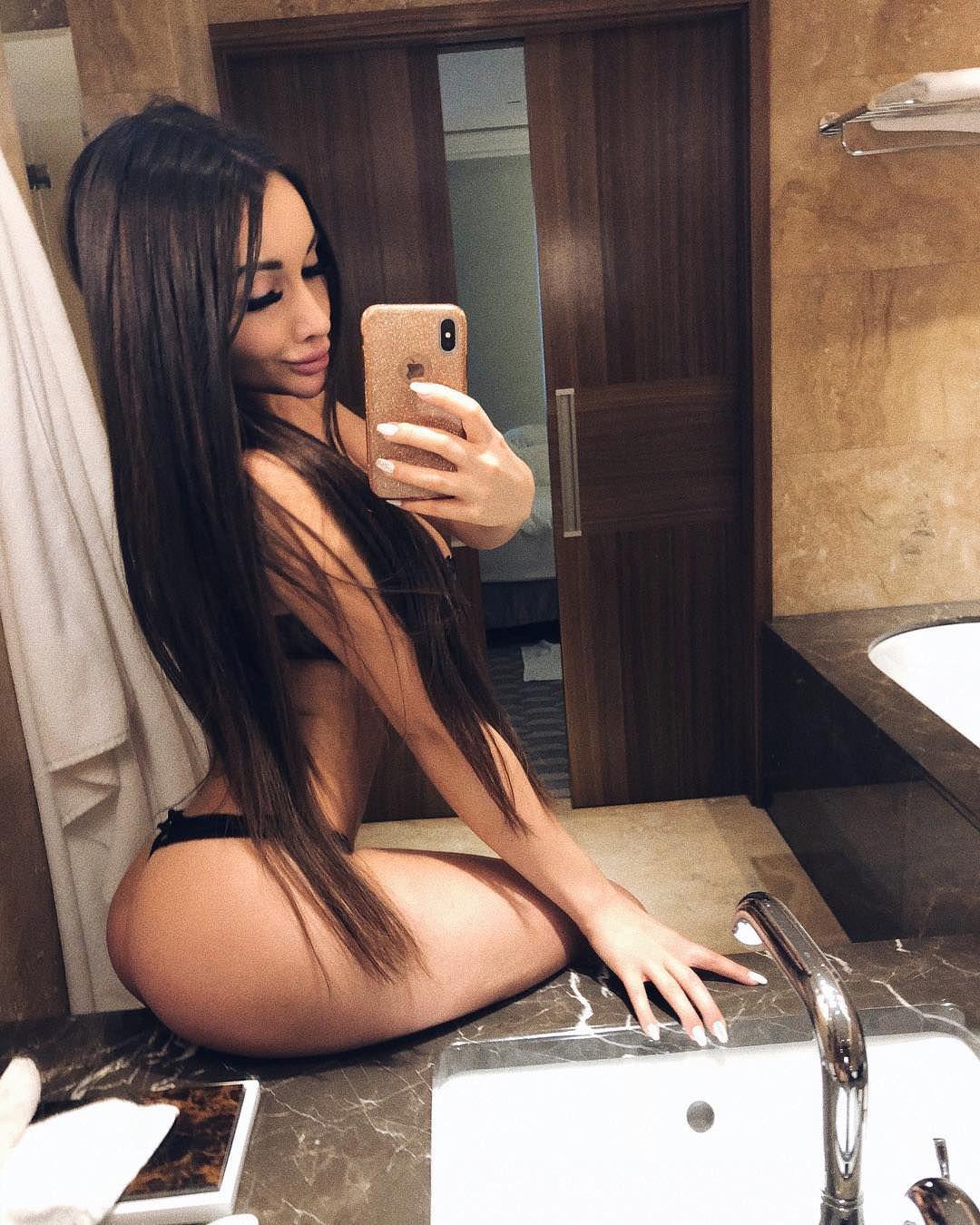 Кира Майер фото в ванной