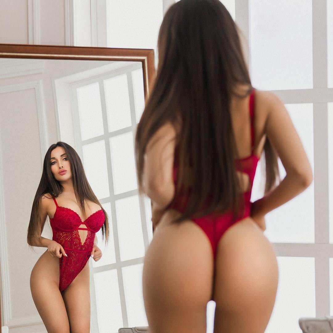 Кира Майер фото в красном боди