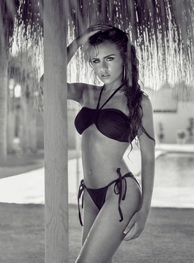Рози Мак фотография в чёрном бикини