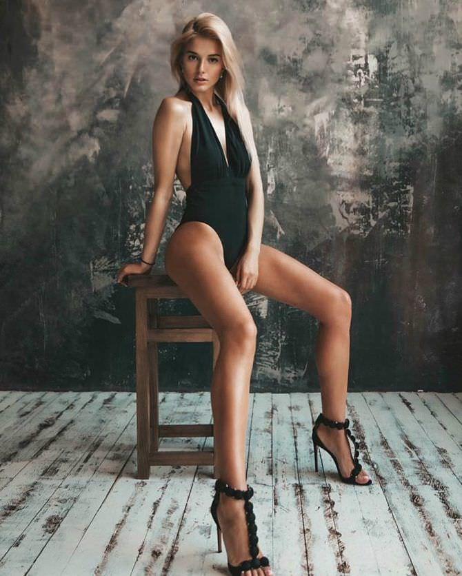 Ангелина Айсман фотосессия в купальнике на стуле