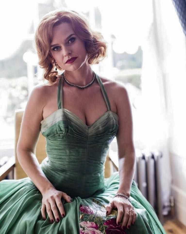 Элис Ив фото в зеленом платье