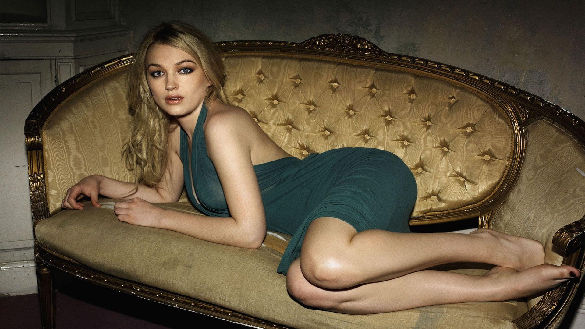 Марго Робби фото на диване