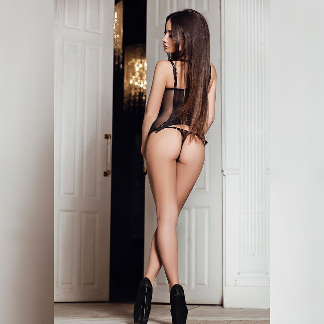 Кира Майер фото со спины